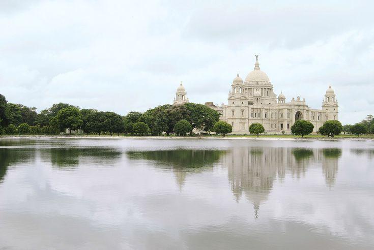 Indien blickt auf eine bewegte Geschichte zurück. Die Kolonialzeit, so zweischneidig das Schwert gewesen sein mag, hat das Land, seine Kultur und seine Architektur bis in die heutige Zeit hinein geprägt. Das Britische Empire ist an vielen Ecken immer noch spürbar, nicht nur weil manch indische Stadt in den Köpfen vieler Menschen zwei Namen hat.