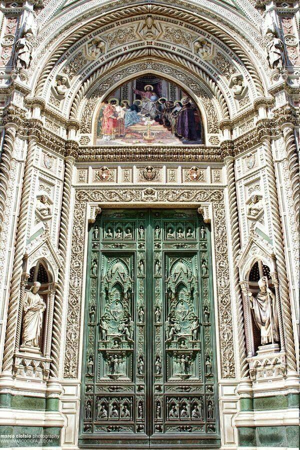 Le portail principal (porte principale) de la Cathédrale Santa Maria del Fiore …