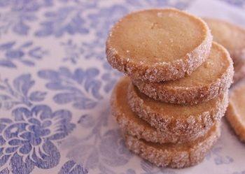 お菓子作り初心者さんにもおすすめなのが、プレーンタイプのアイスボックスクッキー。クッキー生地を棒状にし、冷蔵庫で寝かせたら、好みの厚さカットして、焼くだけなんです♪ ※焼きむらが出来てしまうので、均等にカットするのがポイントです!