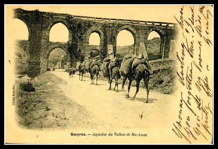 İzmir'den yola çıkan deve kervanları Yeşildere üzerinden Buca'ya gidiyor. Vezirağa su kemeri, Yeşildere, İzmir. 19. yüzyıl sonu ya da 20. yüzyıl başı.