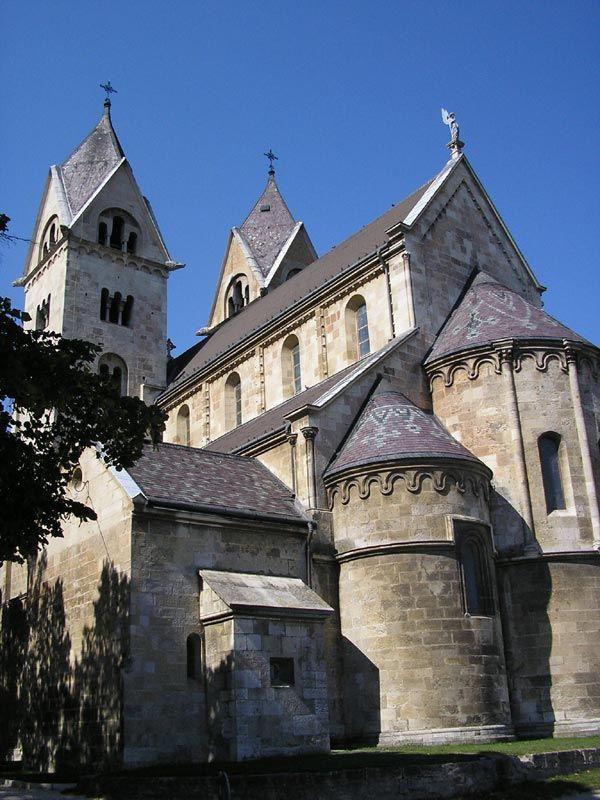 Bemutatjuk Magyarország középkori építészetének egyik legszebb alkotását - a lébényi templom