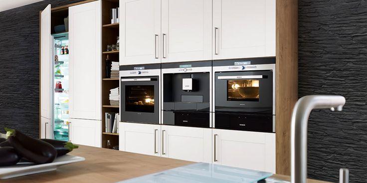 Großer Hochschrank mit integriertem Kühlschrank und Apothekerauszug (Bildquelle: DESIGNO Küchen)