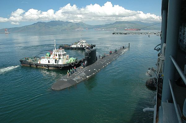 The Virginia-class submarine USS Hawaii (SSN-776) pulls alongside the submarine tender USS Frank Cable (AS-40) while stationed in Subic Bay, Philippines. #americasnavy #usnavy navy.com