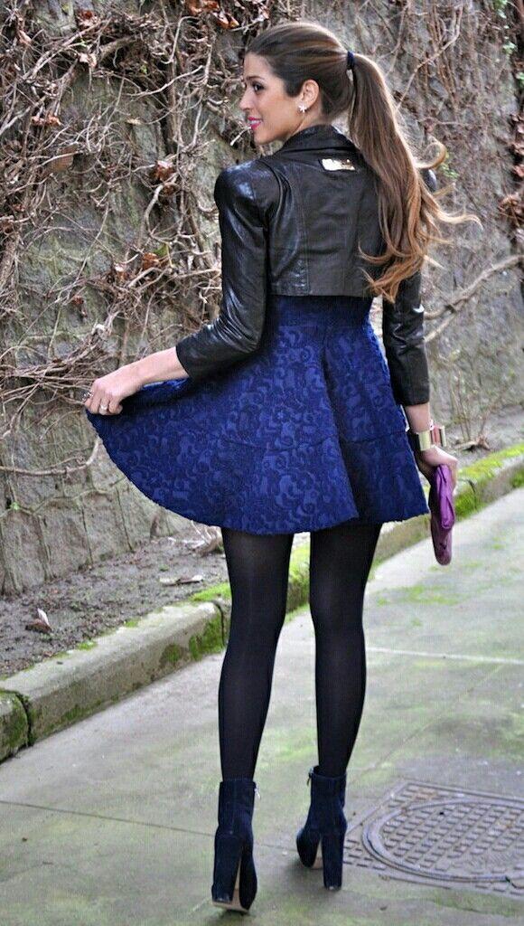 Vestido azul y medias negras