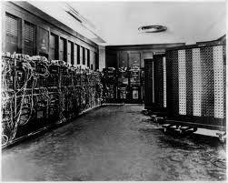 Eniac: 15 de febrero de 1946 La computadora podía calcular trayectorias de proyectiles, lo cual fue el objetivo primario al construirla. En 1,5 segundos era posible calcular la potencia 5000 de un número de hasta 5 cifras. La ENIAC podía resolver 5000 sumas y 300 multiplicaciones en 1 segundo.