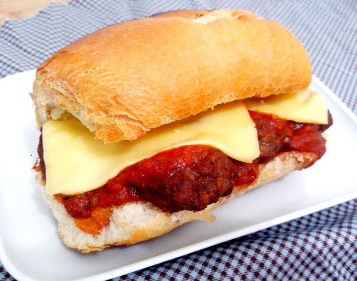 Meatball sub (sanduíche de almôndegas)
