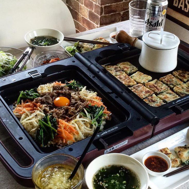2016.9.9 Fri. . @irisohyama 様からモニターとして提供いただいた #両面ホットプレート で #晩御飯  . 左がビビンバで、右が桜海老とニラのチヂミです。(あとは、チョレギサラダとわかめスープとキムチでした) . ビビンバは食べる前にプレートいっぱいにご飯&具材を広げてパリパリにお焦げを作りました . 両面それぞれに温度調節のレバーがついているので(切・保温・140・200・250度)本当に便利✨ チヂミを250度で焼き上げて保温。その間にビビンバの仕上げができるからどちらも熱々で食べられるんです ちなみに小鍋に入れているのはわかめスープです♨︎ . ホットプレートを使うとなんだかテンションがあがりますね⤴︎⤴︎ . このホットプレートは、平面プレート・ディンプルプレート・たこ焼きプレートと3種類のプレートが付いてます。(各プレート左右どちらにでも取り付け可能) . いろんなものを作ってみたなぁ(* ̄∇ ̄*)✨✨ . #アイリスオーヤマ #irisohyama #両面ホットプレート #ビビンバ #チヂミ #韓国料理