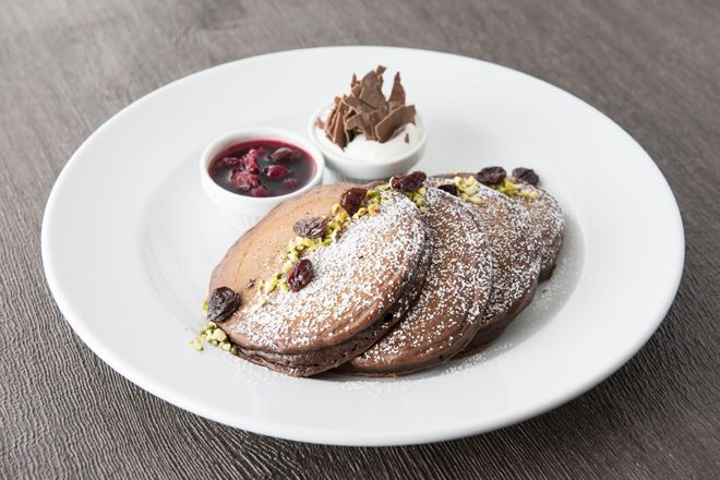 """""""NYの朝食の女王""""と評される「サラベス」に、ルミネ新宿店と品川店限定で、アメリカで古くから親しまれているケーキ「ブラックフォレスト ケーキ」をヒントに仕上げた『ブラックフォレスト パンケーキ』が登場。"""