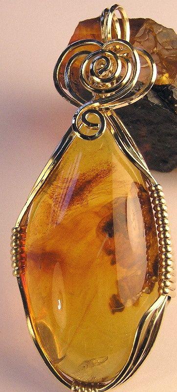 Bel ambre qui cache en ton centre les petits êtres imprudents qui sont passés sous ta goutte d'or et les a conservés pour les siècles des siècles,