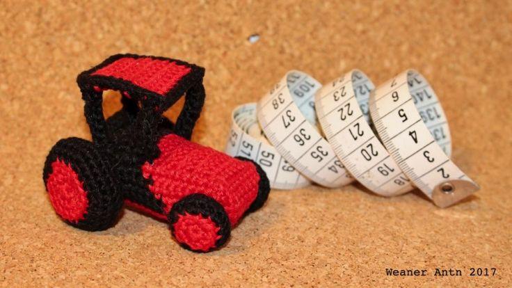 kleiner, roter, gehäkelter Traktor mit Fahrerkabine von #weanerantn