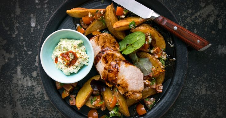 Helstekt fläskfilé som marinerats i honung, vitlök, ingefära och Kalvfond. Stek i ugn och servera tillsammans med god tomatsalsa och avokadodipp.