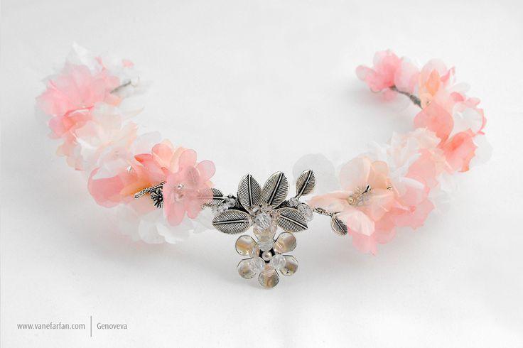 Corona abierta de flores de gasa con punto focal de apliques de hojas y flor en color plata.