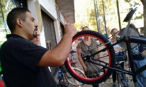 Con gran convocatoria se realizó un taller mecánico para ciclistas en Martínez