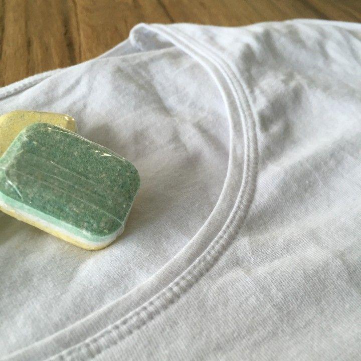 Wit is mooi zolang het ook wit blijft. Als na enige tijd je mooie witte blouse of t-shirt er vergeeld gaat uitzien, verdwijnt die al snel in de kledingbak of wordt het een poetslap. Vaak is dat nog zonde, want voor de rest is dat kledingstuk nog zo goed als nieuw. Om witte was ook echt wit uit de wasmachine te laten komen, is onderstaande tip een echte aanrader! http://www.tipclip.nl/vergeelde-was-krijg-je-op-deze-manier-weer-wit/