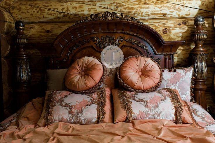 Мягкая как будто даже теплая спальня выполнена в нежных персиковых тонах. Бархатные невероятной красоты розы покрывают атласное полотно штор. Контраст фактур удачно сочетается в этой ткани коллекции CHARM. Тюль из этой же коллекции завершает безупречный образ. Покрывало и подушечки выполнены из тканей которые были использованы в шторах. Это придало законченный вид текстильному оформлению комнаты в целом.  #acmedecor #акмэдекор #акмэ  #портфолио #москва #мск #МО #шторы #шторыназаказ #декор…