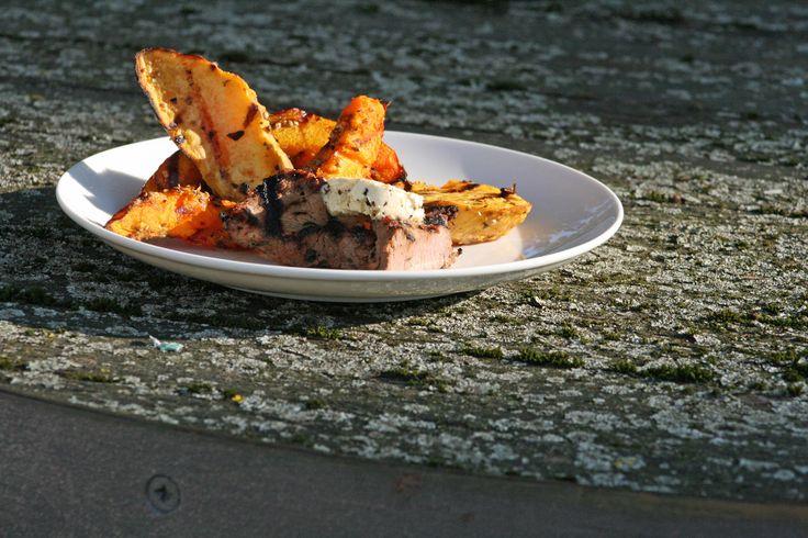 Wildschweinkotlett in Schwarzbiermarinade, gegrillter Hokkaido und Süßkartoffel in pikanter Marinade, Orangen-Morchel-Butter (c) Sonja Postl