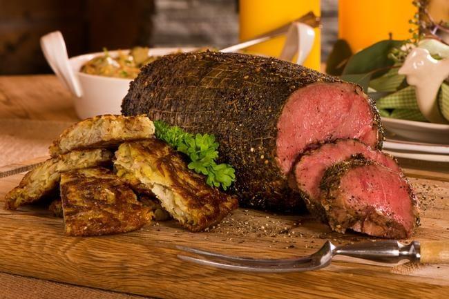 Lammestek med soppragu og røsti Et flott lammemåltid blir ikke enklere enn dette. Både soppragu med bacon og røstipoteter med ost byr på rik...