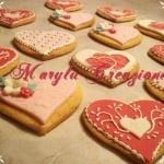 Biscotti a cuore e a forma di cupcakes decorati con pasta di zucchero e ghiaccia reale
