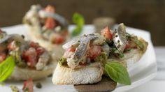 Knusprig und herzhaft: Matjessalat auf Crostini mit Oliven und Kapern | http://eatsmarter.de/rezepte/matjessalat-crostini