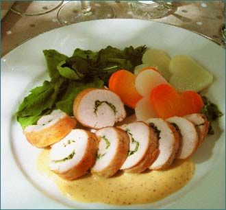 Medallones de pollo...le eliminaría los vegetales en forma de corazón (too much!) y los cambiaría por usa papas rojas salteadas. ¡Delicioso!
