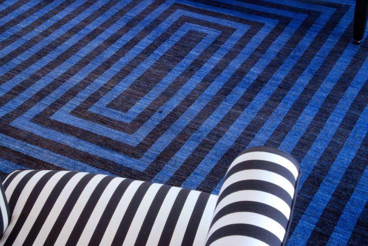 """Die klare Struktur und die kräftigen Farben des """"Centrism Blue"""" erzeugen die edle Ausstrahlung dieses einzigartigen Refreshed Teppichs. Das ausdrucksstarke Unikat bringt einen besonderen Farbtupfer in Ihr Zuhause."""