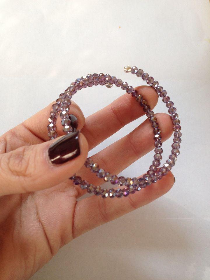 Bracciale con filo armonico e cristalli viola.  Memory wire and violet crystals bracelet.