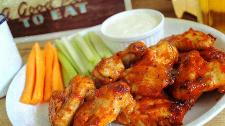 Buffalo csirkeszárnyak kéksajtos mártogatóssal - Street Kitchen