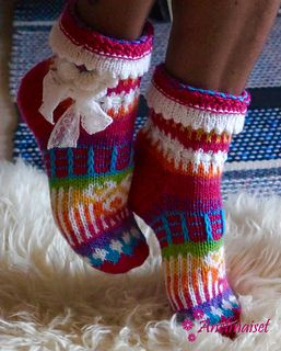 This is a brand new pattern for Anelma's design for shorter socks. Picture was first seen in her Facebook page on 16.2.