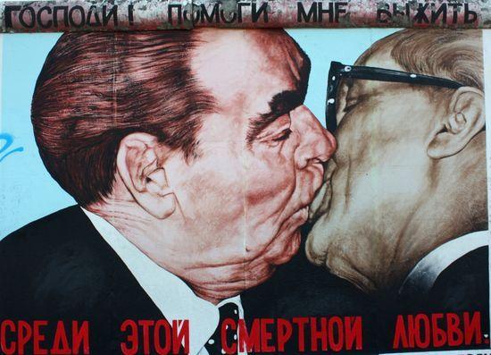 El beso entre Breznev y  Erich Honecker del artista ruso Dimitri Vrubel, en el East  side Gallery (Berlín, Alemania).