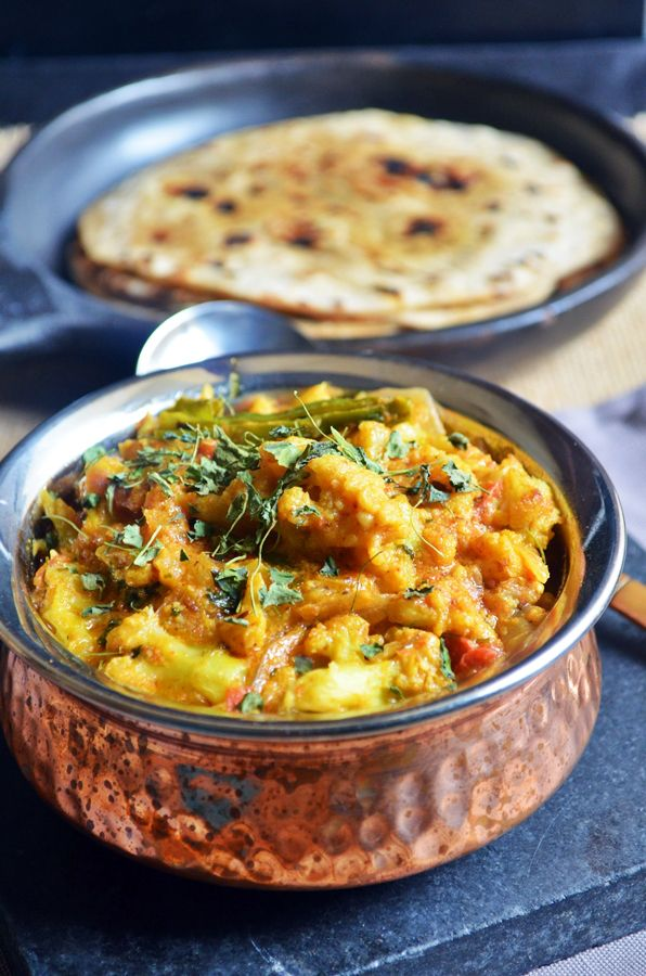 Restaurant style cauliflower korma recipe: Very delicious and flavorful korma with cauliflower and fresh spice paste,recipe @ http://cookclickndevour.com/2015/01/cauliflower-korma-recipe.html