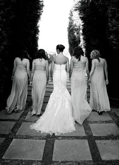 Bridesmaids ~ nice composition in this pre-wedding photo #bridesmaids #WeddingPics #WeddingPhotography