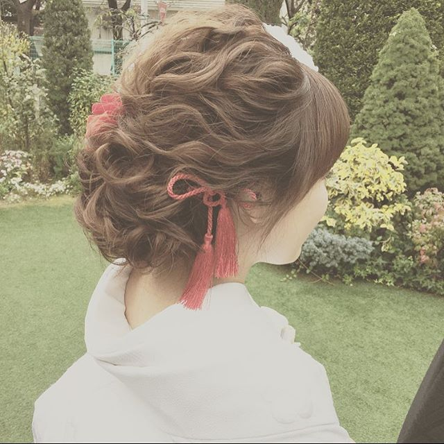 《白無垢》や《色打掛け》などの和装姿をふんわり可愛らしく演出したいのであれば、大ブームのお花を飾った 「洋髪」 がオススメ♪ インスタから、タイプ別・全30枚のヘアアレンジ画像を集めたので、ぜひチェックしてみてください☆
