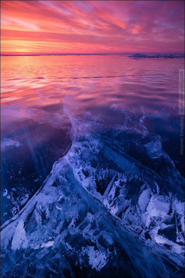 Gelo e chama no Lago Baikal, Rússia. O lago fica no sul da região russa da Sibéria. Tem 636 km de comprimento e 80 km de largura, é o maior lago de água doce da Ásia, o maior em volume de água do mundo, o mais antigo e o mais profundo da terra, com 1680 m de profundidade e tem uma superfície de 31.500 km².  É responsável por 20% da água doce de degelo do planeta. Foi declarado Patrimônio Mundial da Humanidade pela UNESCO em 1996.  Texto: Wikipédia.  Fotografia: Alex Shar.