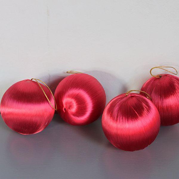 Julgranskulor i rosa. Pris 65 SEk för fyra stycken.