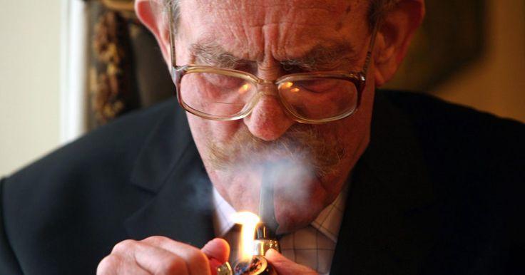 Cómo hacer que el tabaco de tu pipa arda sin tener que prenderlo constantemente. Desde hace mucho que las pipas se usan para fumar tabaco. Mantener una pipa encendida puede ser difícil para los novatos. Aprender a llenar bien una puede aliviar muchos de los problemas que hacen que se apague cuando la estás fumando. Las pipas siempre se deben guardar limpias y secas cuando no se las usa. Si la conservas de esa manera la podrás ...