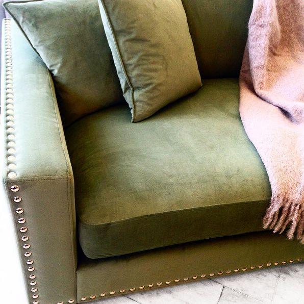Grön sammetsfåtölj Valen. Nitar, sammet, sammetsmöbler, sammetstyg, soffa, nitar, merinoull, filt, pläd, ull, vardagsrum, fåtölj, loveseat. http://sweef.se/sweef-lyx/220-valen-sammet-flera-storlekar.html