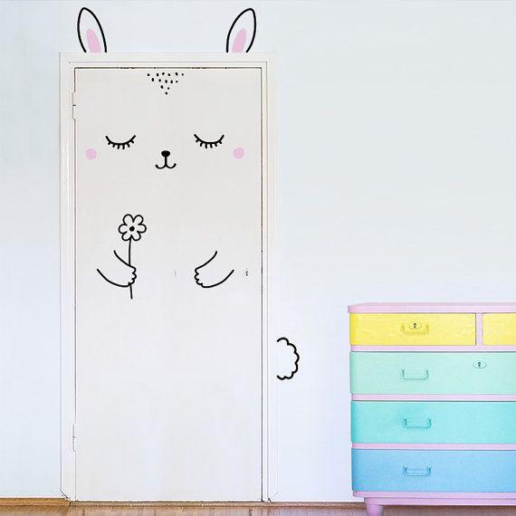 Hourra pour Anni le lapin endormi, la décoration de très jolie porte ! Elle aime les fleurs, les siestes et la combinaison des deux !