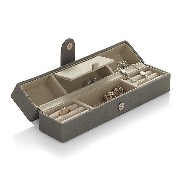 Linen Travel Jewelry Case | Crate and Barrel. Me encanta pero no lo he visto en la web de Stackers