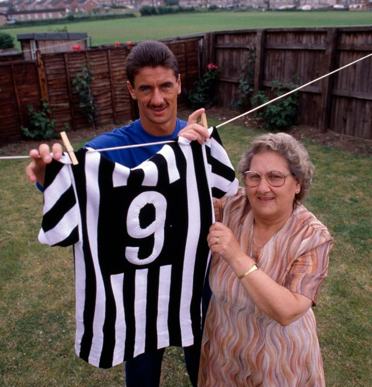 Ian Rush y su madre tendiendo la camiseta de la Juventus (1987).