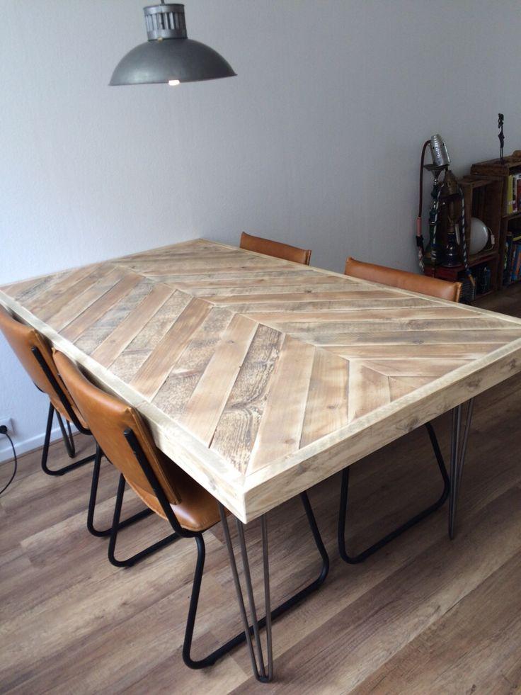 Tafel hairpin met visgraat blad van oud steigerhout   woodville.nl - Table with hairpin legs   Fishbone table top   reclaimed wood  