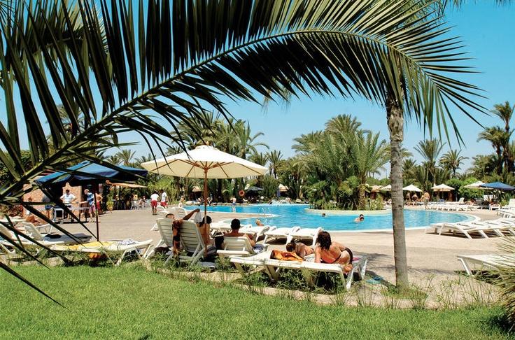 Het 4-sterrenhotel Royal Decameron Club Issil, met kamers in bungalowvorm of in kleine gekleurde gebouwen van max 1 etage, is van alle faciliteiten voorzien, waaronder een palmentuin van 6 hectare met zwembad, een binnenbad.  De ligging in de Palmeraie in het mooie Marrakech is fantastisch. Het landschap is hier uniek; een oase van rust en voorzien van duizenden palmbomen afgetekend tegen de witte toppen van het Atlasgebergte op de achtergrond. Marokko op z'n best!    Officiële categorie…