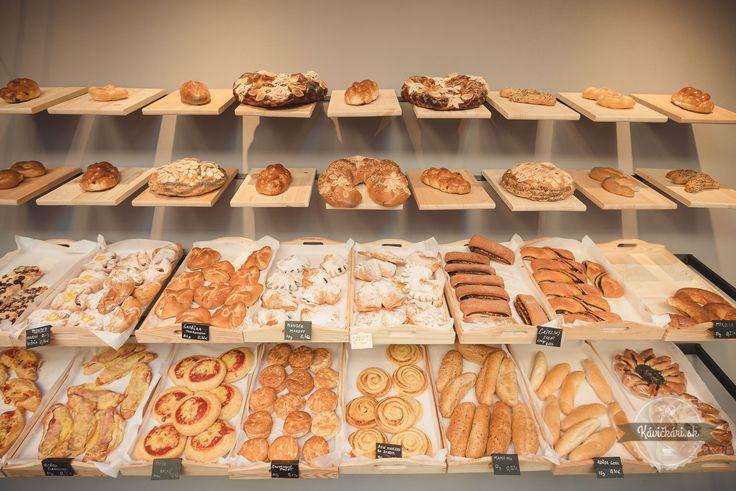 Na rohu ulice oproti univerzite 20 rokov ľudí lákala tradičná večierka. Voktóbri ju nahradila štýlová, útulná nová kaviareň, ktorá stavia na tradícii aspojila sily skvalitnou liptovskou pekárňou. Vnovej večierke si tak môžete kúpiť voňavý chlieb, čerstvé koláče, ale ivychutnať výbornú taliansku kávu.  Do kaviarne Black Coffee môžete vstúpiť priamo zulice alebo zmalého námestia cez…