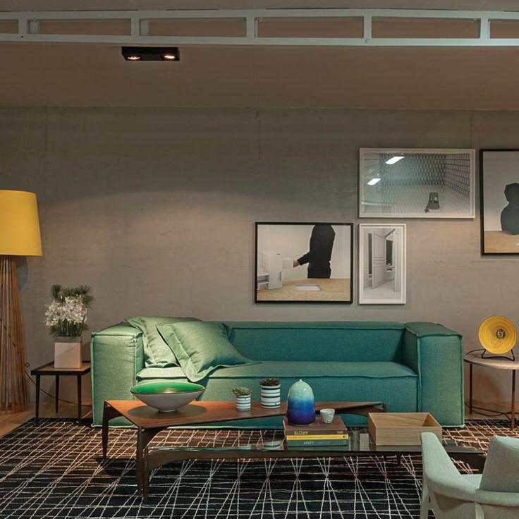 Para deixar o ambiente mais interessante, Otto Felix pontuou com móveis coloridos, como o sofá e os objetos. A base neutra também é atualizada e utiliza o cinza.