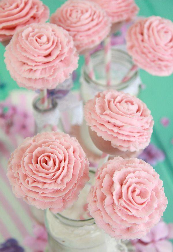 Creo sinceramente que estos cake pops con forma de rosa son los cake pops más bonitos que he hecho nunca. Eran tan bonitos cuando los terminé que no fui capaz de comerlos, y me costó ver como lo hacían otros. Pero para eso se hacen ¿verdad?, para disfrutar de sus formas y colores, pero sobre todo de su sabor. No te pierdas este paso a paso porque te voy a enseñar cómo hacerlos. Para ello necesitamos: 100 g de bizcocho, 100 g de buttercream para los cake pops y unos 200 g más aproximadamente…