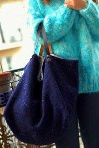 Sac cabas pièce unique fait main en lainage chiné. Intérieur en percale de coton, avec 2 grandes poches.