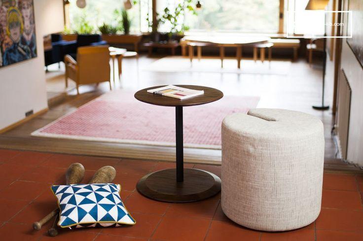 Table d'appoint et pouf Victor en bois d'acacia : un modèle atypique qui sera un véritable ajout à votre intérieur.