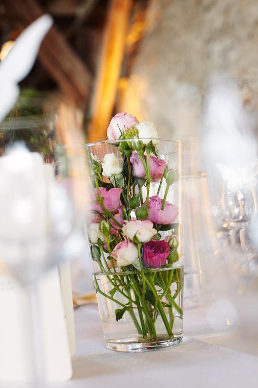 Tischdeko Hochzeit- viele kleine Rosen im Glas sind wunderschön! Vielleicht noch mit einer Schleife darum?