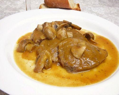 Redondo de ternera en salsa con champiñones
