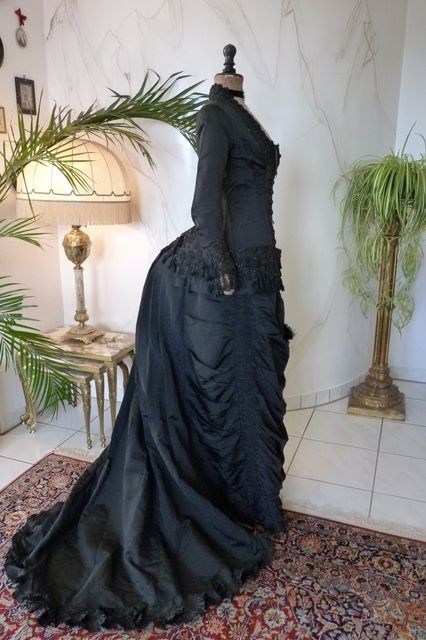 1879 mourning bustle dress, antique gown, victorian, robe ancienne antikes Kleid