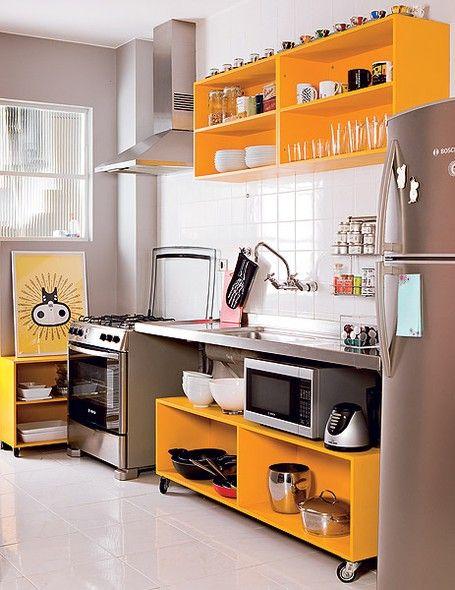 O publicitário Marcio Mota transformou os armários velhos da cozinha em módulos sem portas e laqueados. Com rodízios, a parte debaixo encaixa-se sob a bancada e pode ser levado em uma futura mudança